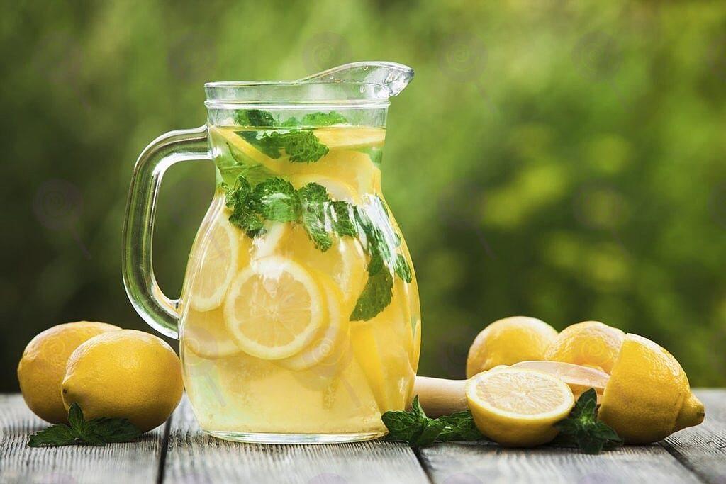 Nước chanh pha chút muối hoặc đường giúp bạn nhanh chóng đẩy lùi triệu chứng của huyết áp thấp